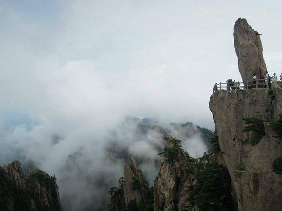Shixin Peak: 飛來石(靠近欄杆拍照時請注意安全)