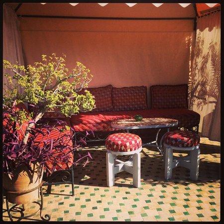 Riad Lapis-Lazuli: Salon agréable sur la terrasse.