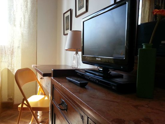 A Due Passi dal Centro Bed and Breakfast: Tv a schermo piatto e DVD