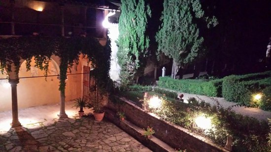 Hotel Villa Casagrande: Courtyard at night