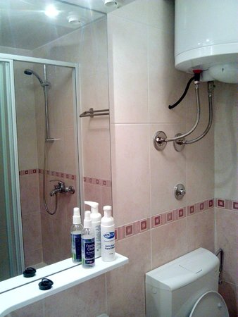 Inchy Rooms: private bathroom