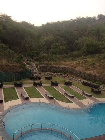 Golden Tulip Chandigarh Panchkula: The Pool at Golden Tulip