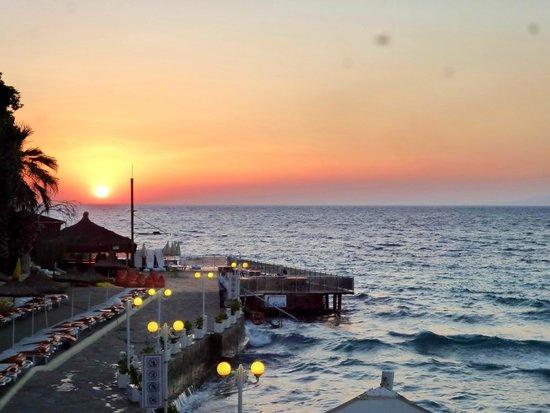 Marti Beach Hotel : Вид с террасы на закаты