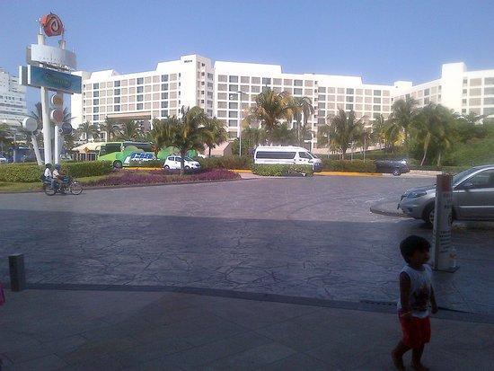 The Westin Lagunamar Ocean Resort Villas & Spa: view of the hotel from the La Isla Mall