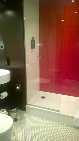 Village Hotel Warrington : Bathroom