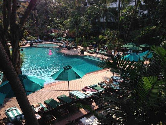 Anantara Riverside Bangkok Resort: Blick zum Pool