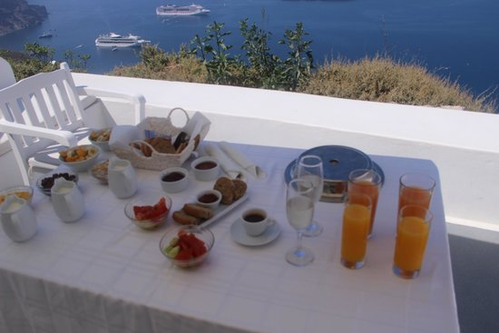 Aliko Luxury Suites : breakfast in balcony