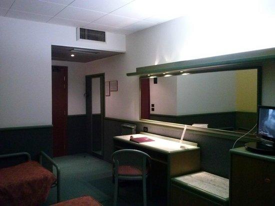 Alfa Fiera Hotel: Zimmer mit grossem Spiegel