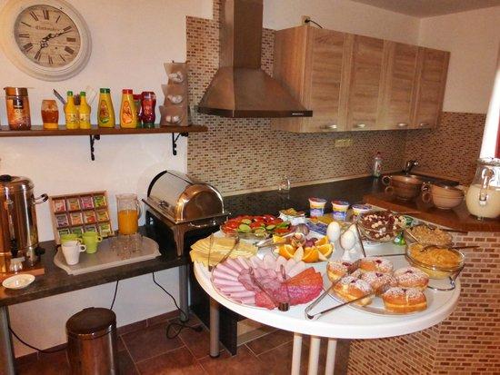 Apartment Kozarovi: breakfast buffet
