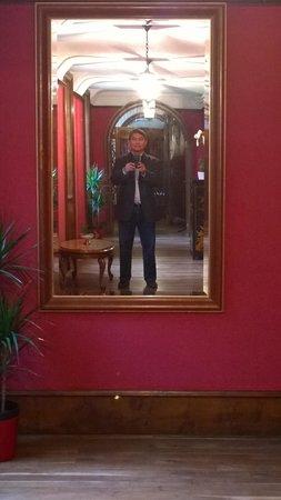 Chateau Quelennec Maison D'hote: Selfie inside the Chateau