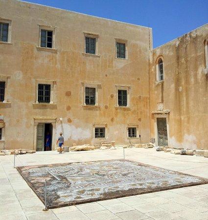 Archaeological Museum: Belle mosaïque sur la terrasse du musée