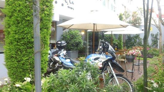Hotel Runcu Miraflores : Entrada con mesitas para tomar algo!