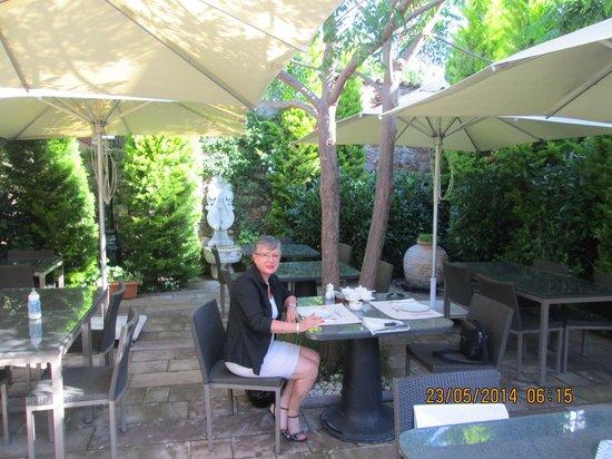 Aika Hotel Bozcaada: Breakfast in the garden