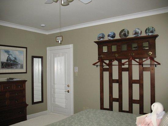 Amadeus Haus Bed & Breakfast: Green Room (#3) No closet, no problem!  Room 3 features a beautiful custom made wall rack.