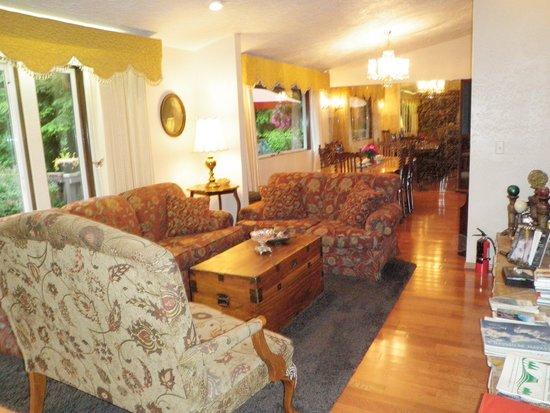 Misty Valley Inn B&B: Living room