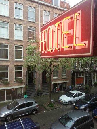 Bicycle Hotel: Когда наступала ночь у нас номер был красного цвета :)))