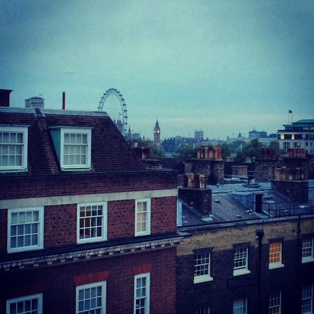 Apex Temple Court Hotel: View from room across London