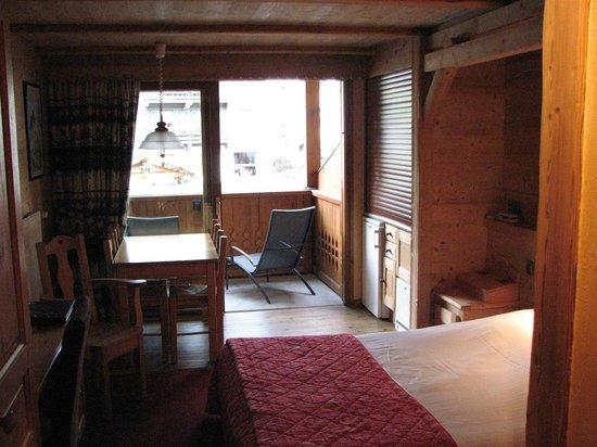 Le Nagano: Table/balcony section of room