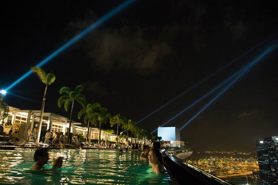 Marina Bay Sands: night at the infinity pool
