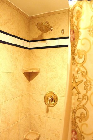 Disney's Port Orleans Resort - Riverside: Dusche in der Wanne im Royal Guestroom