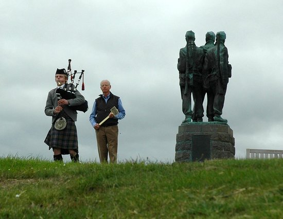 Spean Lodge: Placing a plaque at the Commando Memorial
