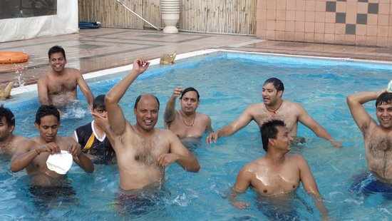 Rajasthali Resort and Spa : playing volleyball