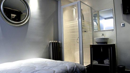 Hotel Nation Montmartre : SINGLE STANDART 15M2 AVEC DOUCHE. WC SUR PALIER