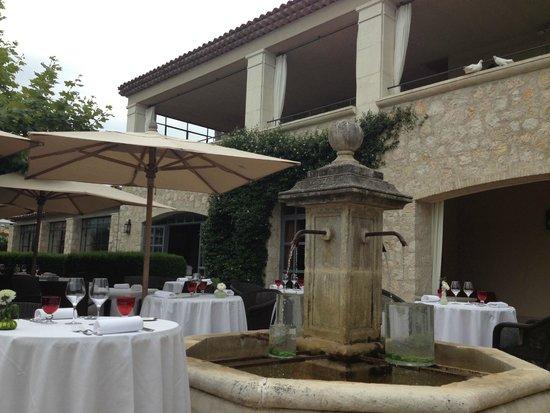 Le Mas de Pierre Hotel: Hotel grounds and restaurant