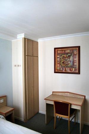 hotel briand levallois perret frankrig hotel anmeldelser sammenligning af priser. Black Bedroom Furniture Sets. Home Design Ideas