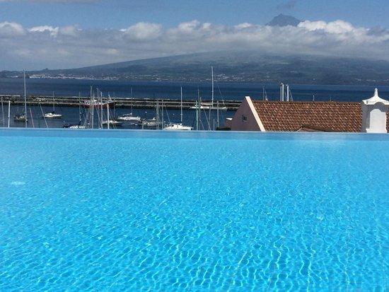 Azoris Faial Garden Resort Hotel : uitzicht op Pico vanuit zwembad