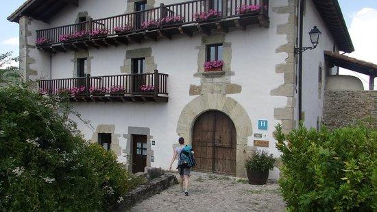 Hotel Akerreta: Entrada del hotel. Se pueden ver las habitaciones con balcon.