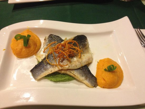 Kerasma Restaurant: Seabass with carrot and pea purée