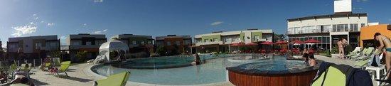 Alto Miramar Resort & Spa: Pileta externa, de fondo los aparts