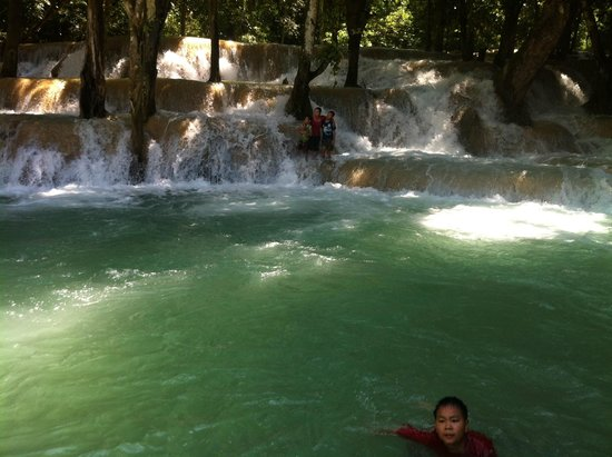 Tad Sae Waterfall: Local kids enjoying the pool