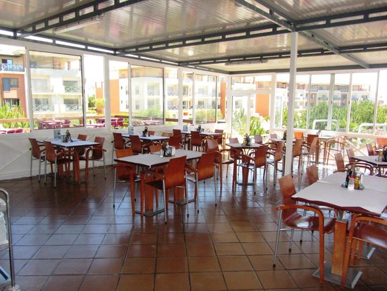 Robertos Chicken Piri-Piri: Esplanada interior