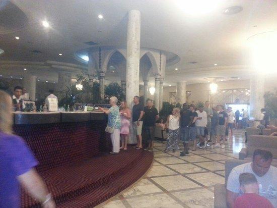 Tej Marhaba Hotel : Schlange an Bar