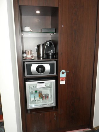 Mercure London Bridge: Coffee Machine, fridge and safe