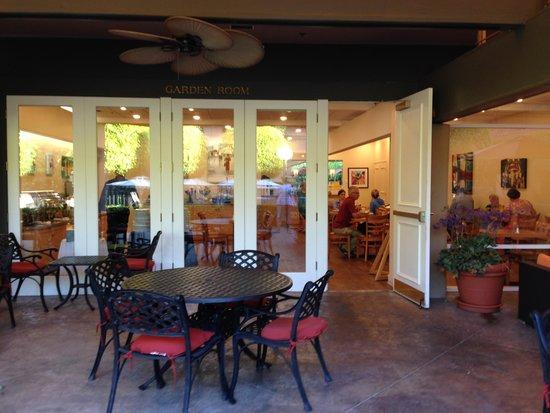 Palm Garden Hotel: breakfast room