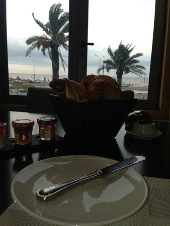 Sofitel Montevideo Casino Carrasco & Spa: Café da Manhã com vista para o Rio.