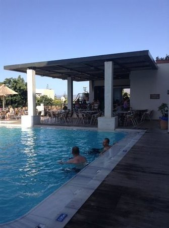 Arminda Hotel and SPA : other pool and bar area