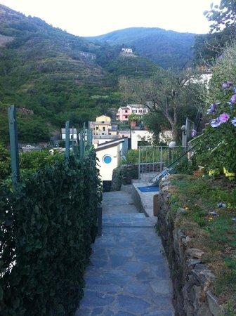 Cinqueterre Residence: stradina che porta alla terrazza