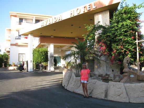 Avlida Hotel: вход в отель