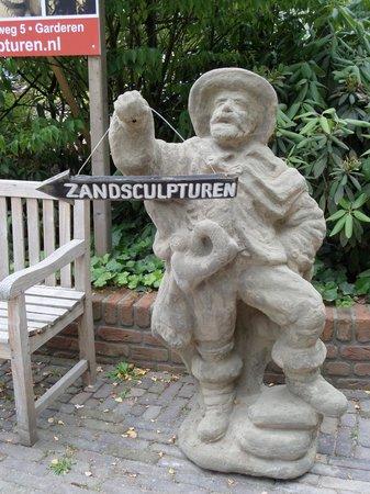 't Veluws Zandsculpturenfestijn : Ingang richting beeldentuin en zandsculpturen.