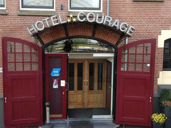 Hotel Courage: Front entrance to hotel, river is behind the photographer