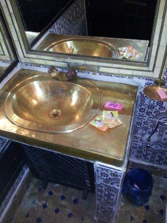 Riad Balkisse : bathroom (tap moving a bit)