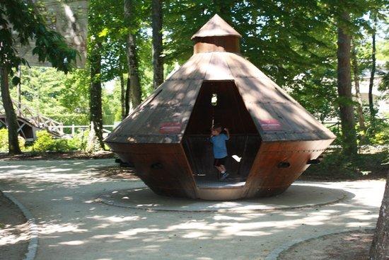 Le Chateau du Clos Luce - Parc Leonardo da Vinci: Tank In The DaVinci Garden