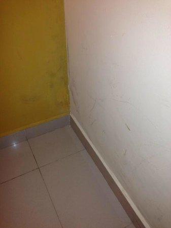 Imira Plaza Hotel : Pareti sporche