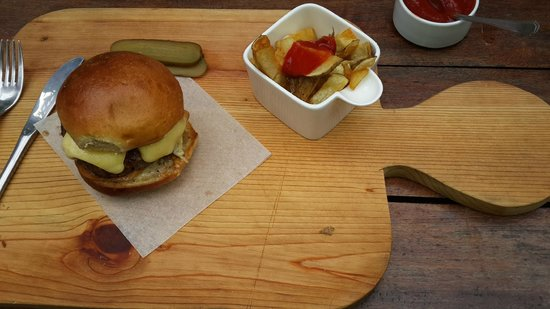 Stormsvlei Farm Stall & Restaurant: Tasty Burger and Fries