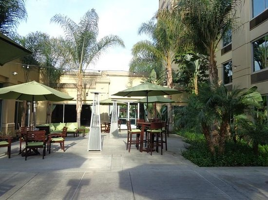 Doubletree by Hilton Hotel Los Angeles - Commerce : outside interior courtyard between hotel buildings