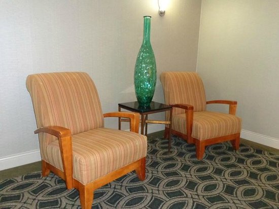Doubletree by Hilton Hotel Los Angeles - Commerce : sitting area near elevators